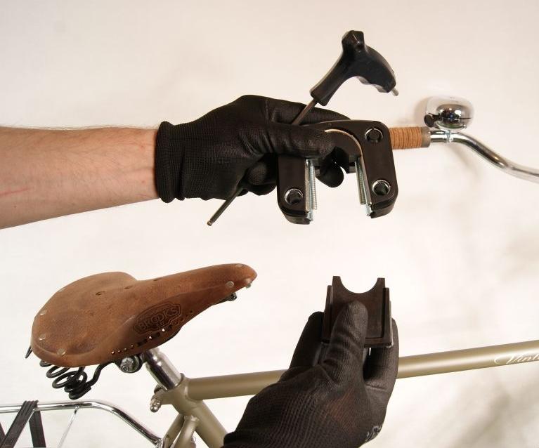 Montaż przedniego fotelika rowerowego Bobike Mini City uchwyt