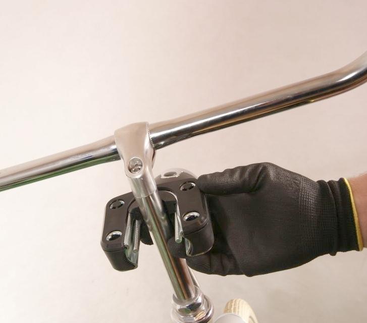 Montaż przedniego fotelika rowerowego Bobike Mini City kierownica
