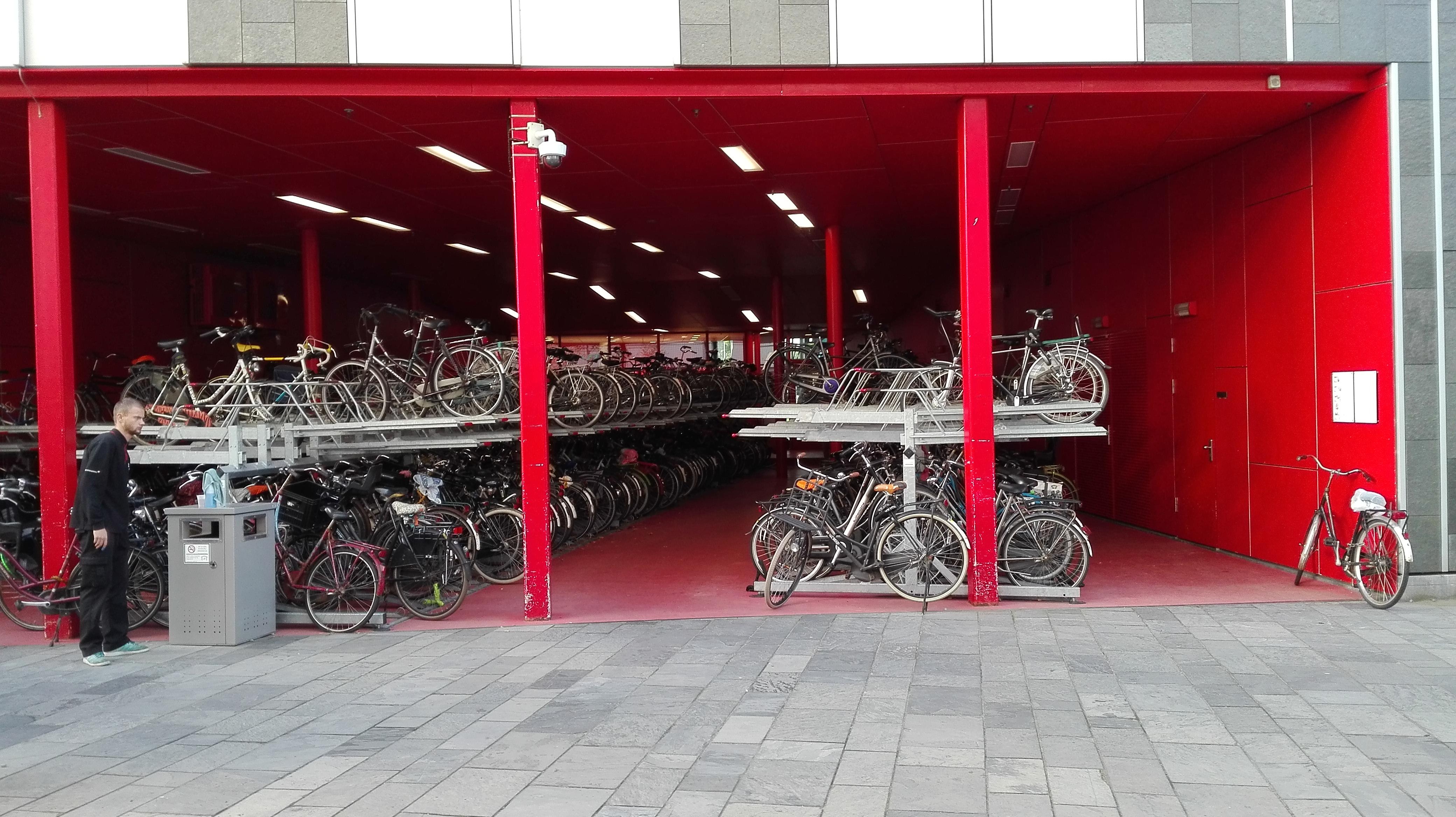 Piętrowy parking rowerowy
