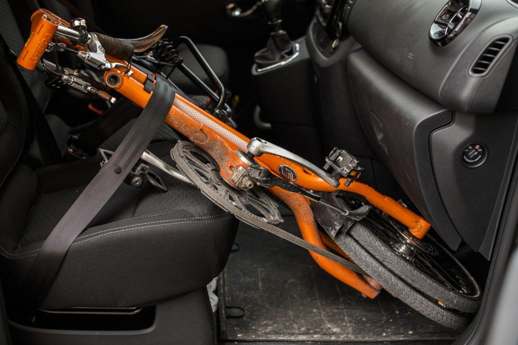 przewozenie-rowery-skladanego-w-samochodze